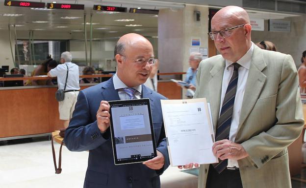 Andrés Carrillo (I) presenta junto al decano del Colegio Notarial de Murcia, Pedro Martínez Pertusa (D), el poder notarial que se ha incorporado a la plataforma de interoperabilidad. / CARM
